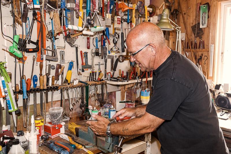 Rolf Dybvig, der Leuchtturmwärter von Lindesness in seiner Werkstatt