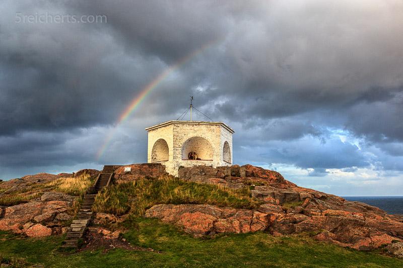 Regenbogen über dem alten Leuchtfeuer