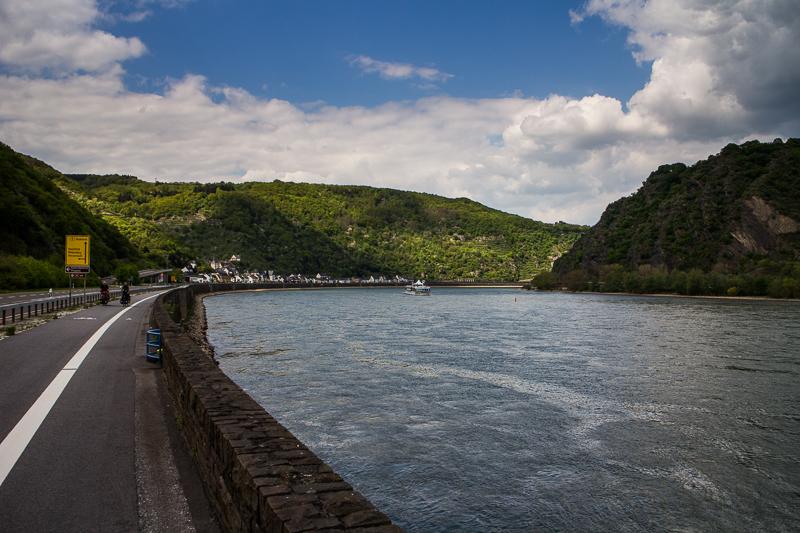 Das Rheintal windet sich geschmeidig durch die Landschaft