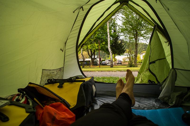Der Blick auf einen Zeltplatz bei Remagen
