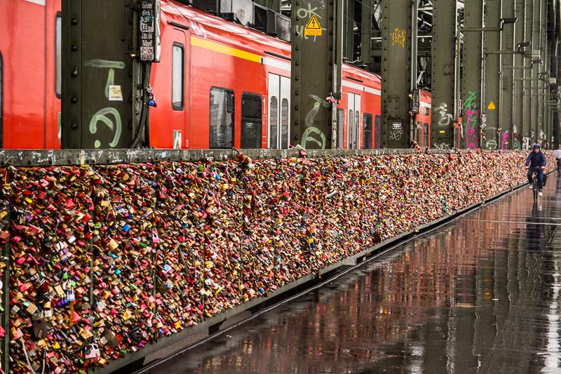 Eine Brücke voll mit Liebeschlössern in Köln