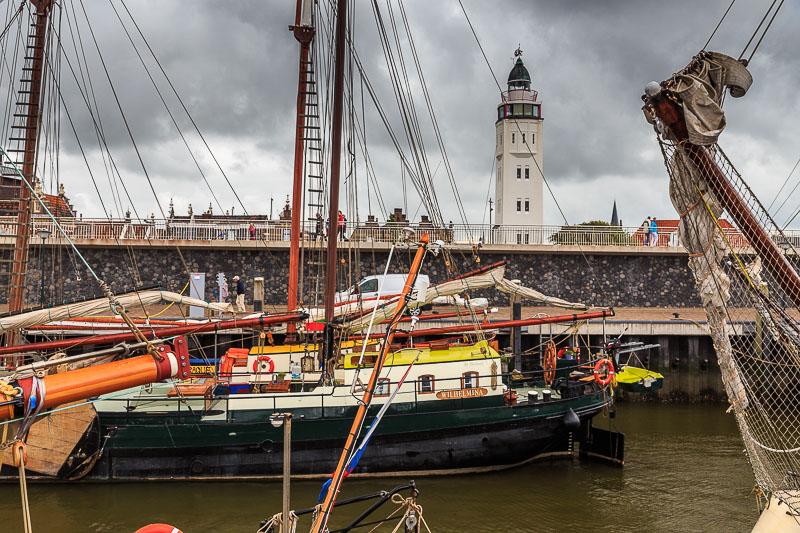 Der Leuchtturm hinter dem Hafen von Harlingen