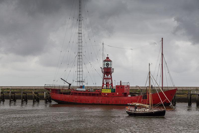 Ein Leuchtturm Boot im Hafen von Harlingen