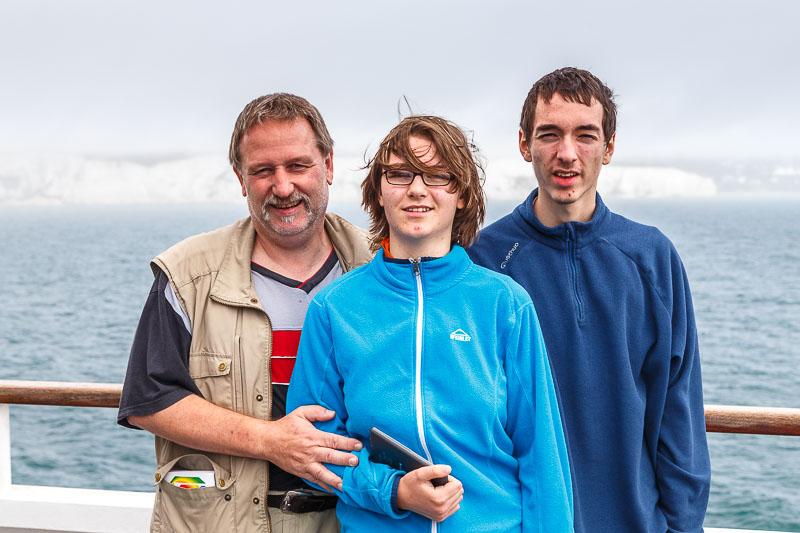 Meine Familie auf der Fähre im Hintergrund die weißen Kreidefelsen von Dover im Nebel