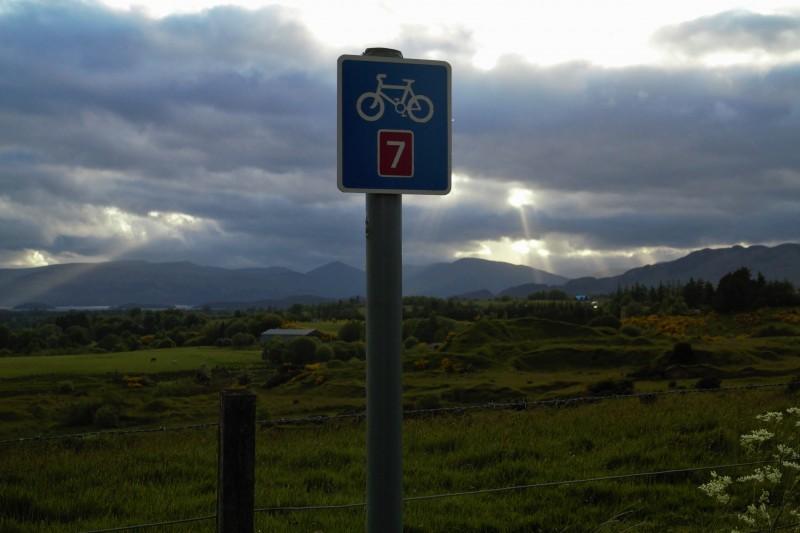 Ein Radroutenschild - manchmal ein willkommener Anblick, manchmal Vorbote fuer schreckliche Radwegzustaende