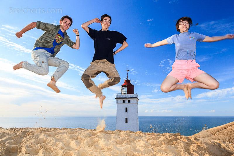 Die Reicherts Kids vor dem Leuchtturm Rhubjerg Knude