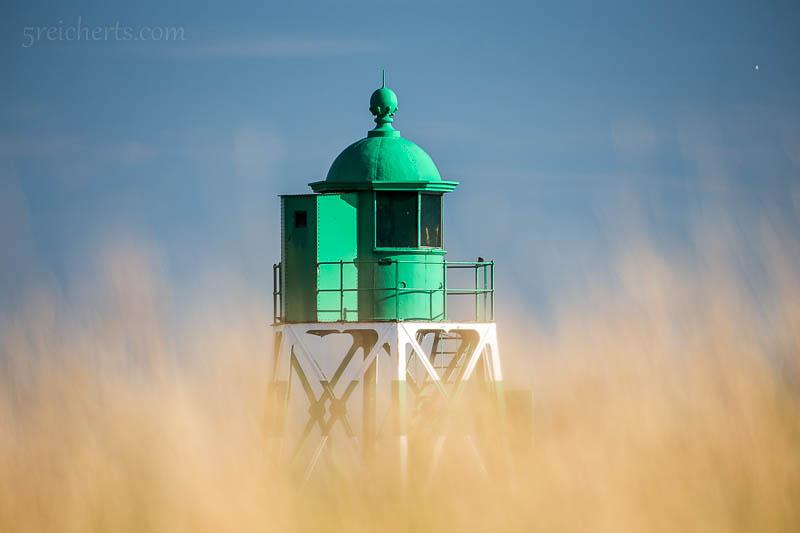 Der Hafenleuchtturm im Gras