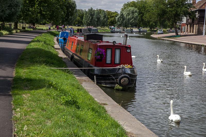 Die typischen Narrowboats in Cambridge