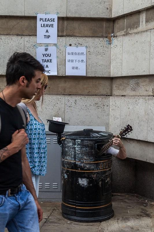 Ein Musiker im Mülleimer