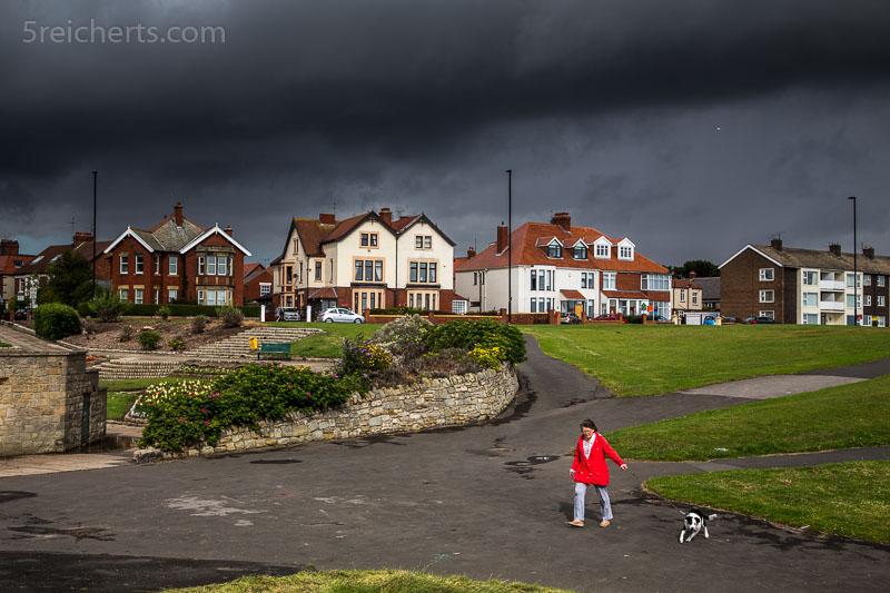 dicke Regenwolken und Engländerin mit Hund