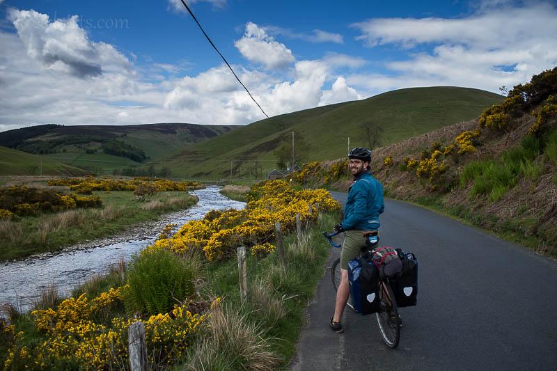 Chris und sein treues Fahrrad, irgendwo in Suedschottland.