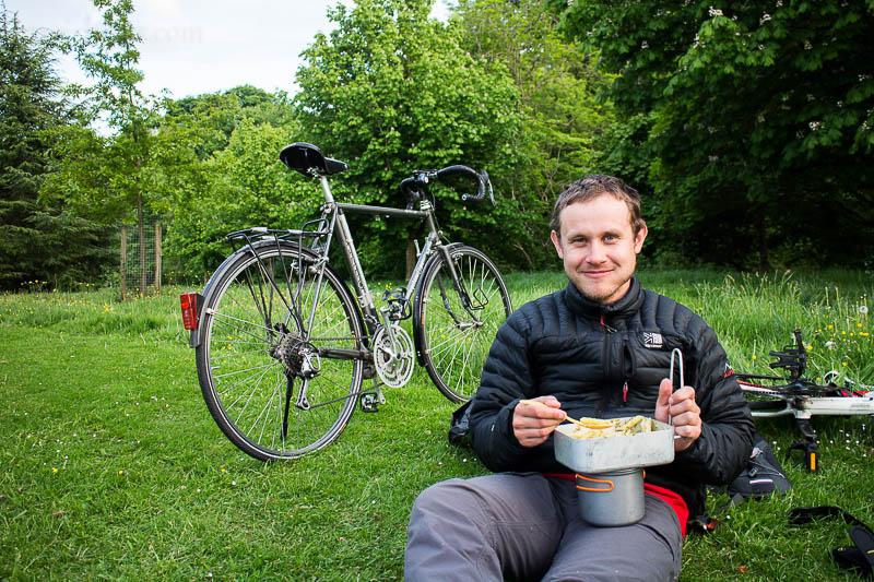 Joey futtert im Park in Edinburgh eine Ladung Nudeln