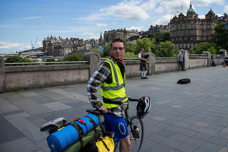 Mein Fahrrad und ich, im Hintergrund wird Dudelsack gespielt (wie an jeder Ecke in Edinburgh)