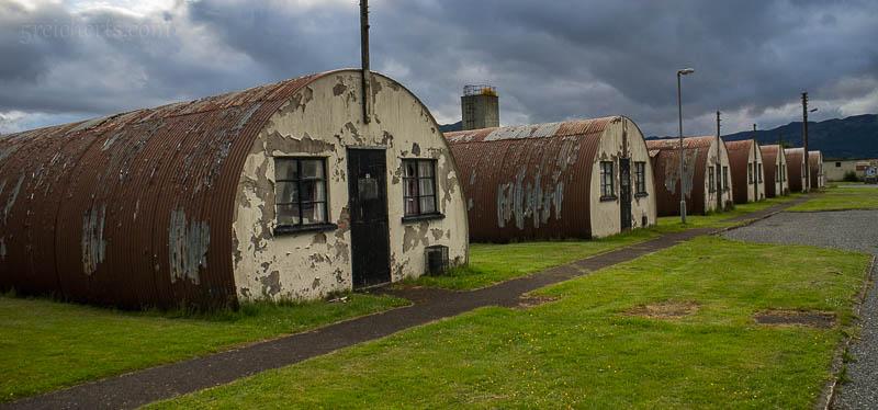 Einige der Nissenhütten im Cultybraggan Camp, in dem mich Bob am Abend herumführte