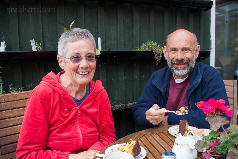 Maureen und Bob beim Kuchenvernichten