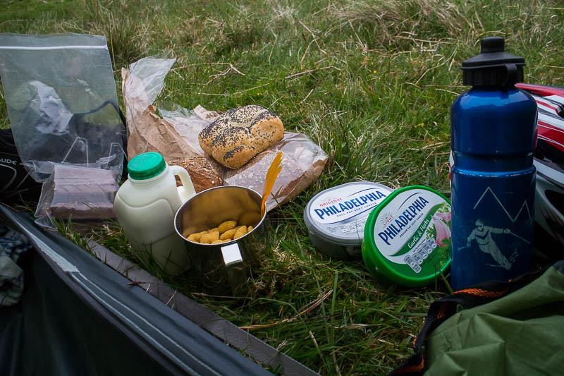 Ein typisches Abendessen - Müsli, Brötchen mit Frischkäse, und Schockoriegel