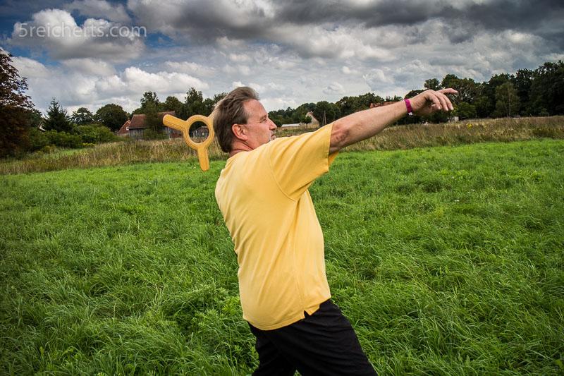 Gunter demonstriert, wie man einen Bumerang wirft