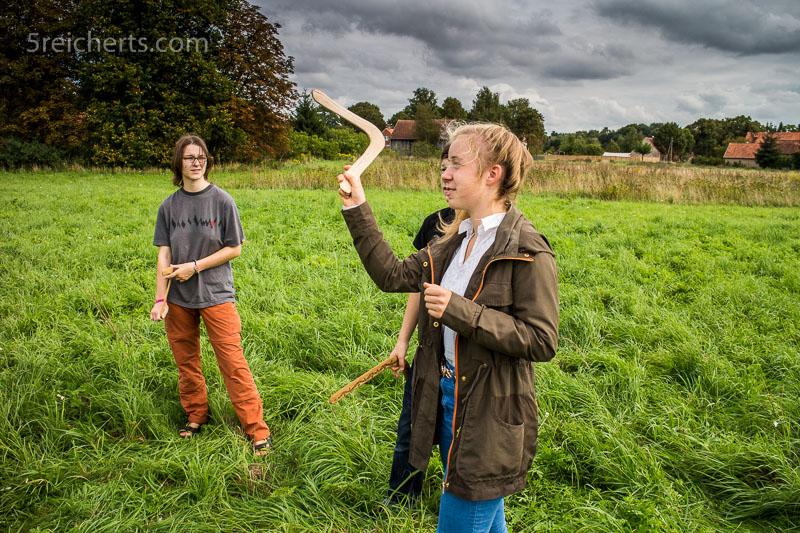 Amy und Josi mit Bumerangs