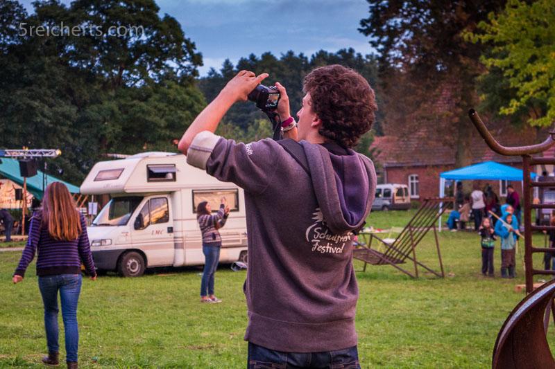 Julian, einer der Organisatoren, fotografiert gerade einen Regenbogen