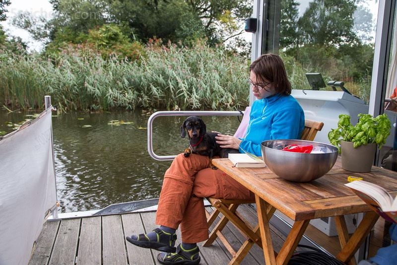 Amy und Grindel auf dem Hausboot