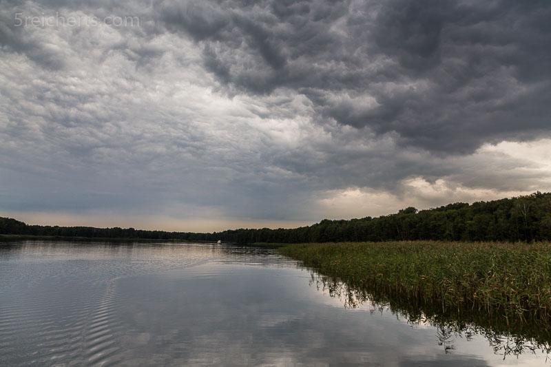 Schöne Regenwolken überm See