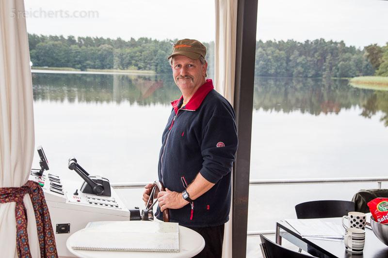 Gunter am Steuer des Hausbootes