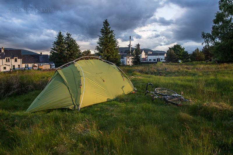 Mein treues Vaude-Zelt vor der Dalwhinnie Destillerie