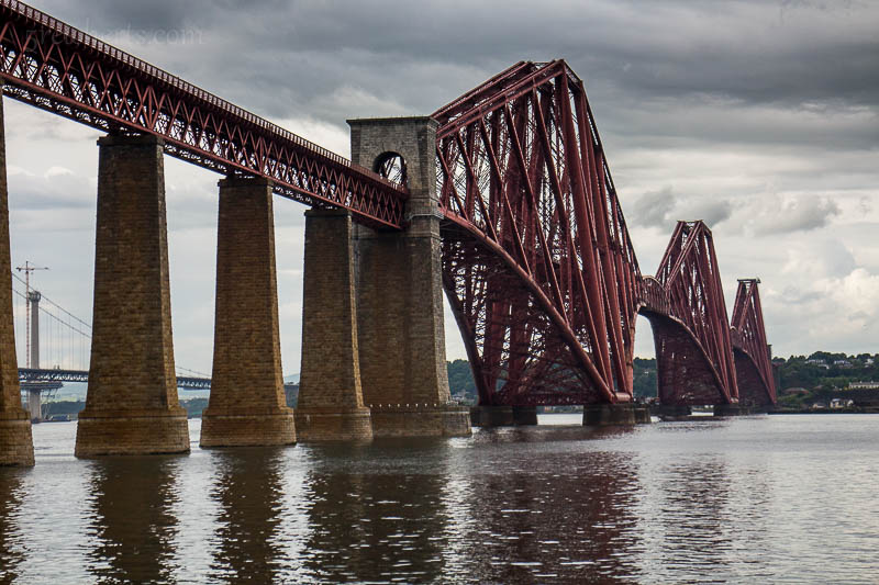 Die berühmte Eisenbahnbrücke bei Edinburgh