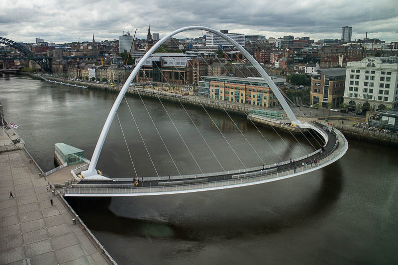 Die Gateshead Millenium Bridge in Newcastle