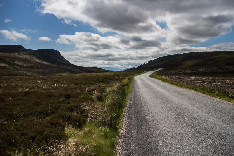 Die Landschaft im Norden Schottlands ist karg und weit. Hier fühlt sich der Wind richtig wohl, weil ihn keine ollen Bäume ausbremsen.