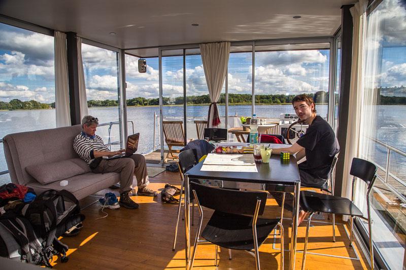 Lichtdurchflutet - wie gut, dass sich das Hausboot nicht für Social Media eignet!