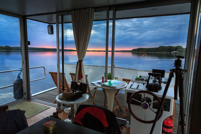 Das Hausboot in der Naturlandschaft