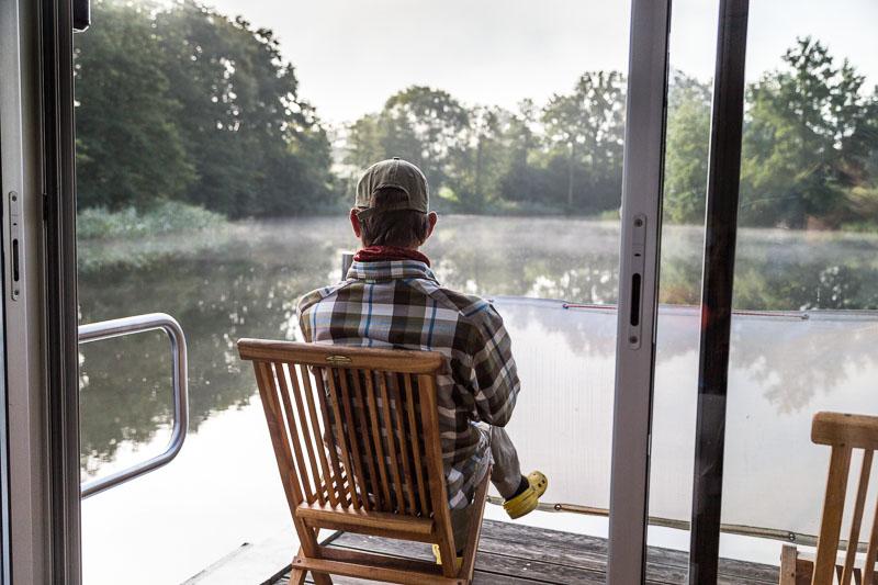 Esra genießt die Naturlandschaft der Havel