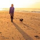 Amy und Dackel Grindel am Strand