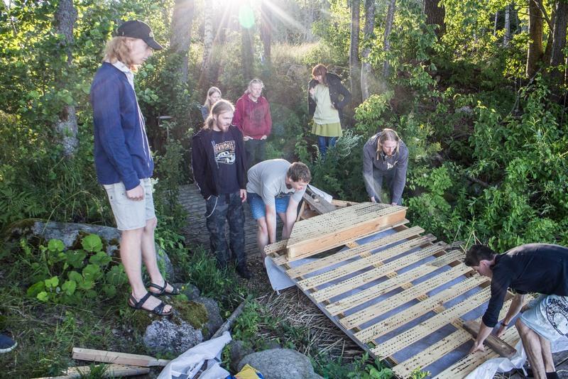Auf dem Camp bauten Andrew und Kyle ein Floss