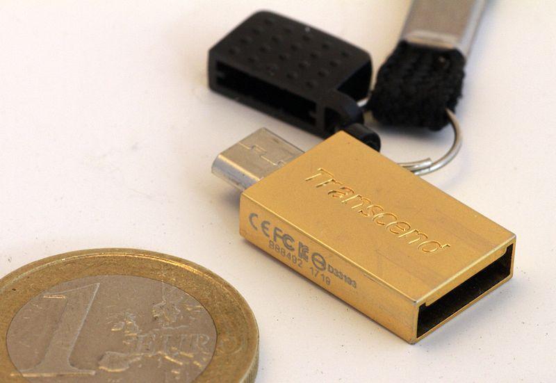 USB-OTG-Sticks haben zwei USB-Anschlüsse, einen großen für den PC, einen micro-USB für das Tablet.