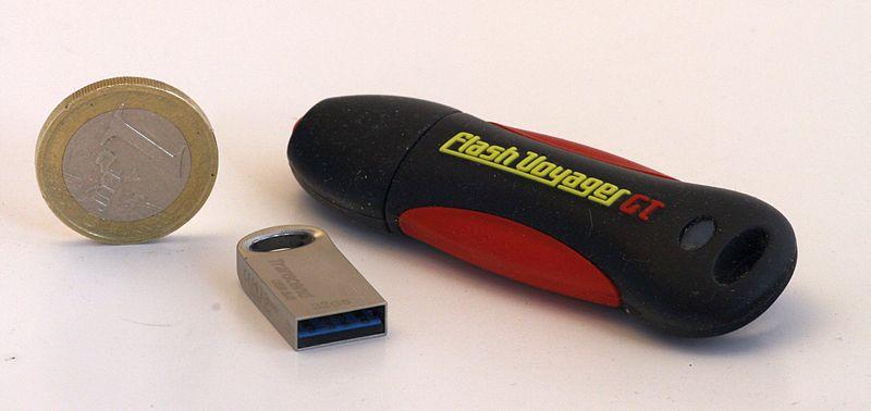 USB-Sticks sind ideal für das Fotobackup unterwegs : schnell, klein, leicht, günstig und mit viel Platz für deine Bilder.