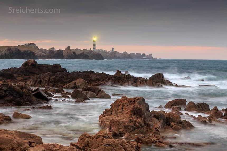 Die Felsen im Vordergrund erzählen viel von der Wildheit der Küste am Phare de Créac'h.