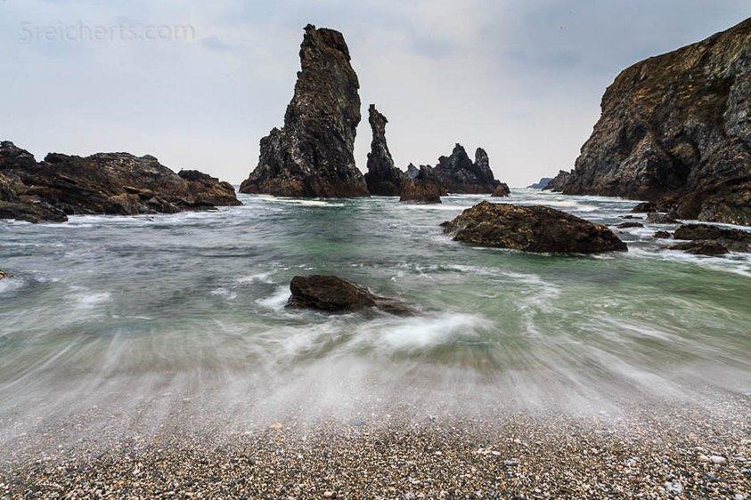 Bei der Froschperspektive steigert ein gut gewählter Vordergrund die Bildwirkung. Die Felsnadeln werden gegen den Himmel freigestellt.