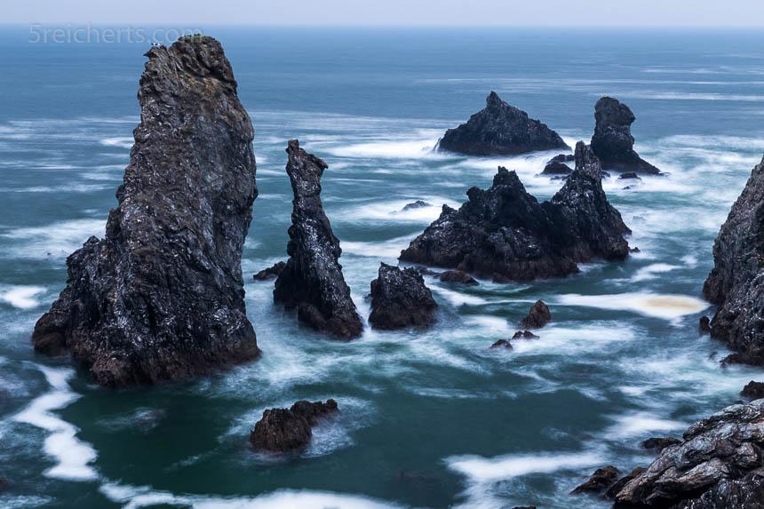 Das gleiche Motiv aus der Vogelperspektive hat mehr Tiefe. Das Auge wandet im Bild von Fels zu Fels.