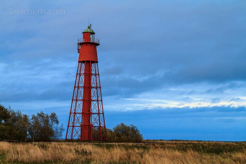 Der tiefliegende Horizont lässt den Leuchtturm hoch in den Himmel ragen.