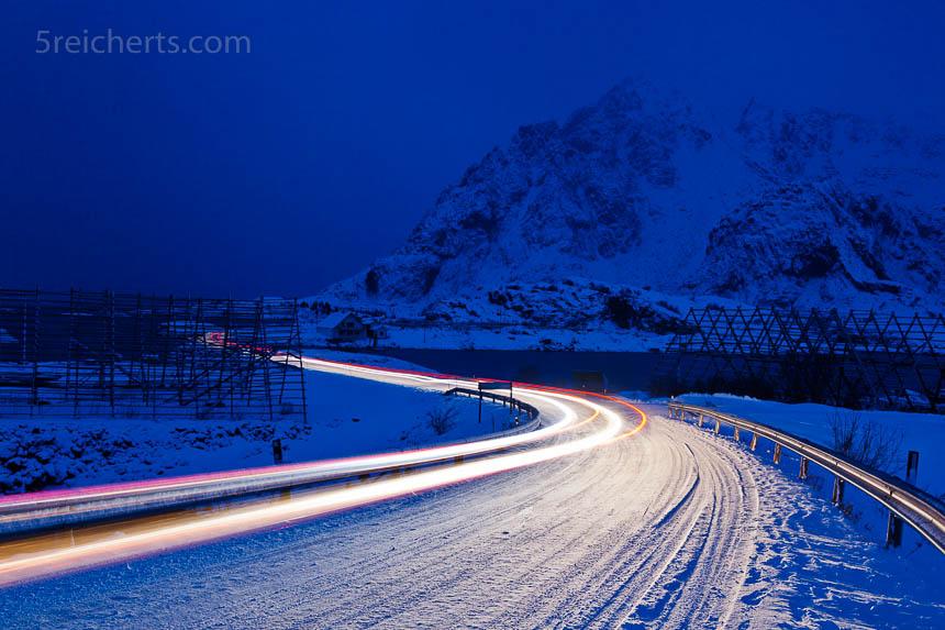 In der Nacht bringen vorbeifahrende Autos interessante Lichtakzente ins Bild.