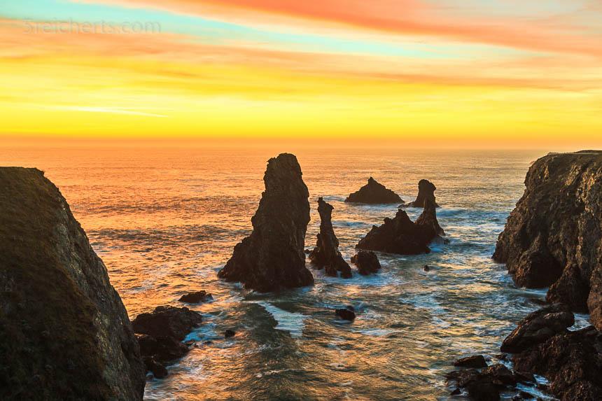 Sonnenuntergang, erhöhter Standpunkt. Die Sonne muss nicht immer im Bild sein. Das Bild ist auch so eindeutig als Sonnenuntergang zu erkennen.