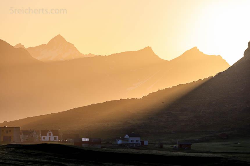 Frühmorgens herrschen prinzipiell die gleichen Lichtbedingungen wie nachmittags, das Licht ist aber mehr gelblich anstatt rötlich.