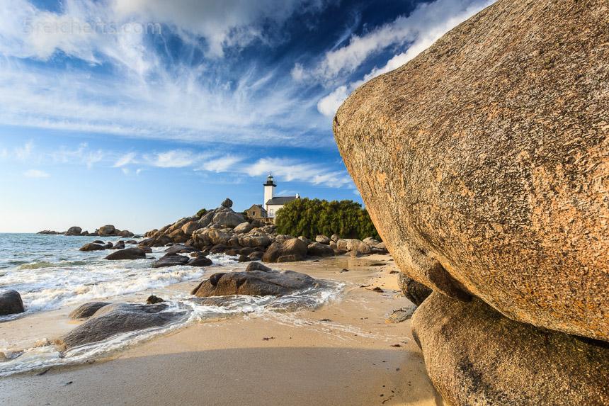große Granitfelsen und der Leuchtturm Pontusval
