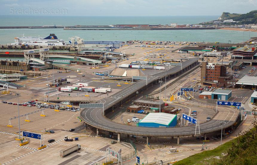 Blick von den Klippen auf den Hafen von Dover