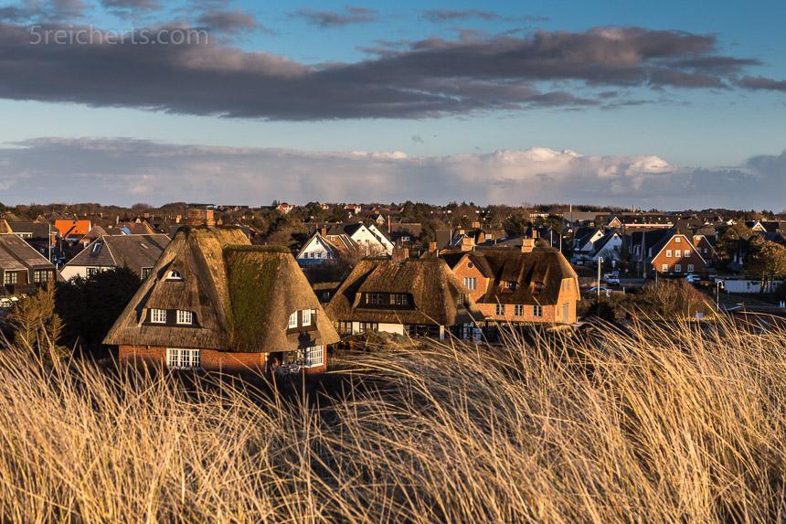 Blick über den Ort zu den schönen reedgedeckten Häusern