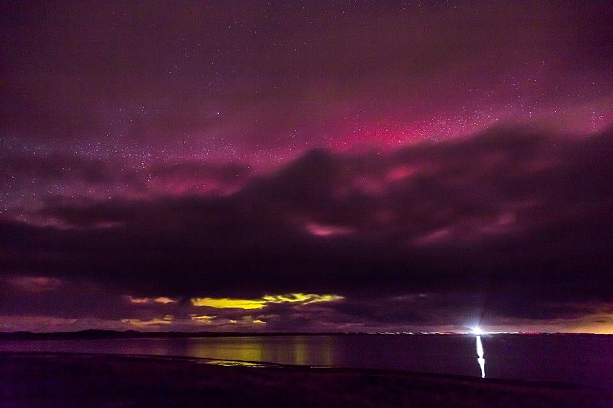 Ein kurzer Anflug von rotem Nordlicht und Wolken die zu schnell kommen