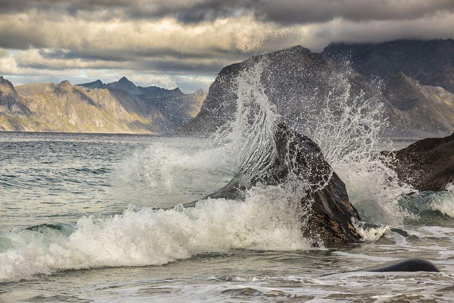 In Myrland auf den Lofoten wurde diese Welle mit 1/320 Sekunde beim Aufprall eingefroren.