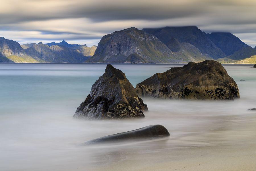 Das dritte Bild von Myrland zeigt die ruhige, meditative Wirkung einer extrem lange Belichtung. Die Wellen werden zu einem sanften Nebel. Für 60 Sekunden Belichtungszeit war ein starkes Graufilter nötig, damit das Bild nicht total überbelichtet wird.